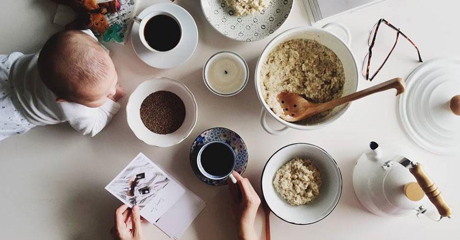 餐桌上一張沒有構圖的生活照,有女兒陪伴的氣味