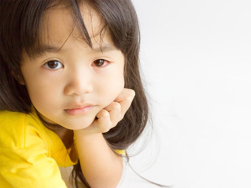 孩子眼睛紅癢不舒服?小心春季角結膜炎,大多在孩子4~7歲發作